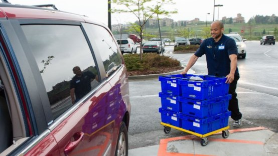 walmart-online-grocery-pickup-bringing-orders-to-vehicle1